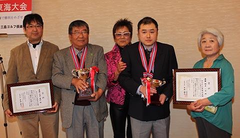 優勝レギュラー・永田直行さん(左から2番目)、ガイドの永田弘行さん(左)、チャレンジ鈴木一士さん(右から2番目)、ガイドの城田早智子さん(右)、岡田美智子プロ(中央)