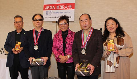 準優勝レギュラー奥冨勝美さん(右から2番目)、ガイドの小川知子さん(右)、チャレンジ浅野貞信さん(左から2番目)、ガイドの鈴木清隆さん(左)、岡田美智子プロ(中央)