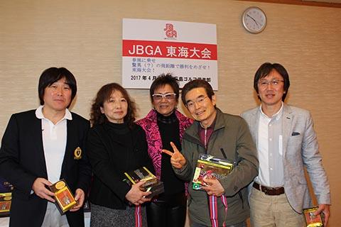 3位レギュラー末廣耕二さん(右から2番目)、ガイドの川松吉城さん(右)、チャレンジ吉井道代さん(左から2番目)、ガイドの河村正史さん(左)、岡田美智子プロ(中央)