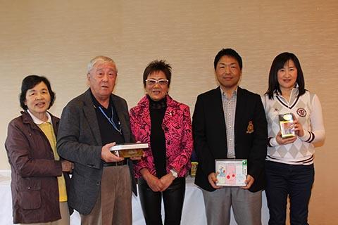 4位レギュラー田中義昭さん(右から2番目)、ガイドの佐東信子さん(右)、チャレンジ本田省三さん(左から2番目)、ガイドの本田百合子さん(左)、岡田美智子プロ(中央)