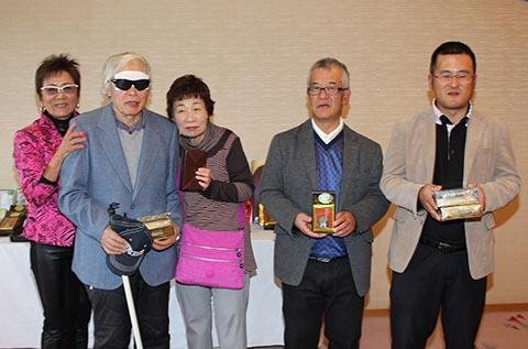 5位レギュラー山本祐希さん(右から2番目)、ガイドの山本正行さん(右)、チャレンジ小泉経次さん(左から2番目)、ガイドの小泉美代子さん(中央)、岡田美智子プロ(左)