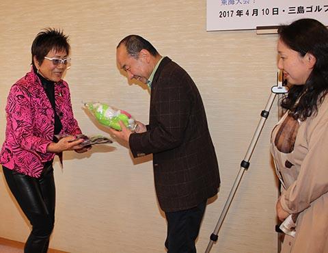 ニアピン奥冨勝美さん(中央)、ガイドの小川知子さん(右)、岡田美智子プロ(左)