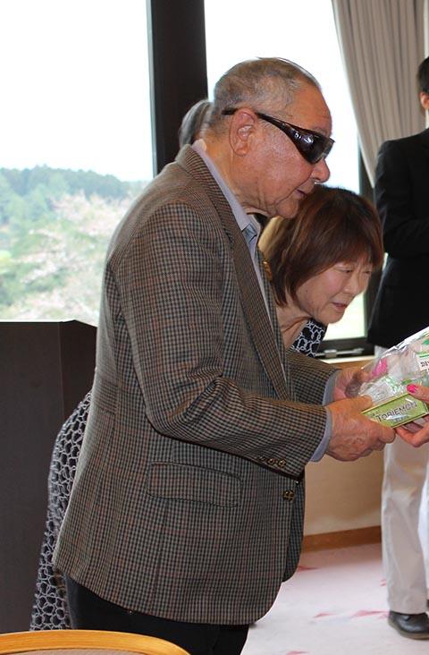 ニアピン森内康行さんとガイドの秋山洋子さん(左)、岡田美智子プロ(右)
