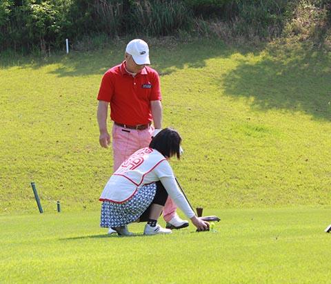 牛尾富太さんとガイドの牛尾弘子さん
