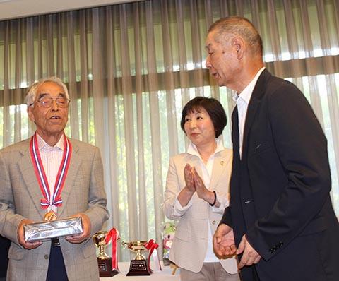 3位チャレンジ葛貫重治さん(左)池澤良順会長(右)