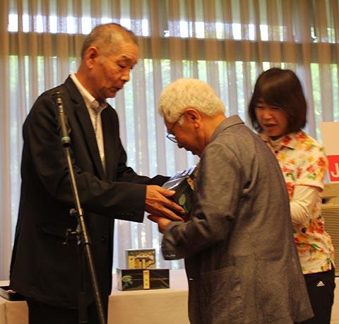 4位レギュラー竹田武夫さんとガイドの阿南晴美さん(右)池澤良順会長(左)