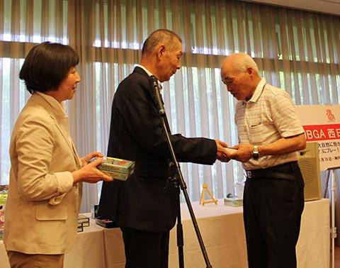 5位レギュラー高松操さん(右)池澤良順会長とガイドの長崎千代さん(左)