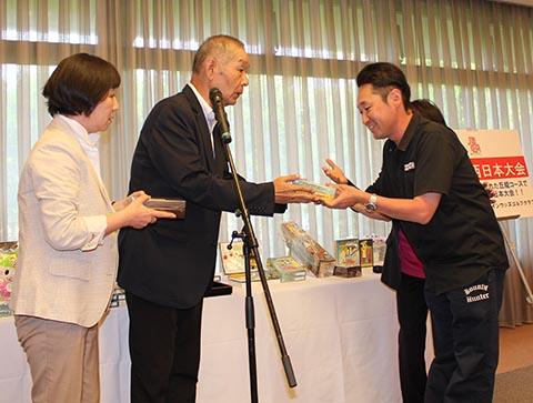 ニアピン、ベスグロ赤羽孝弘さん(右)、池澤良順会長(中央)、ガイドの長崎千代さん(左)