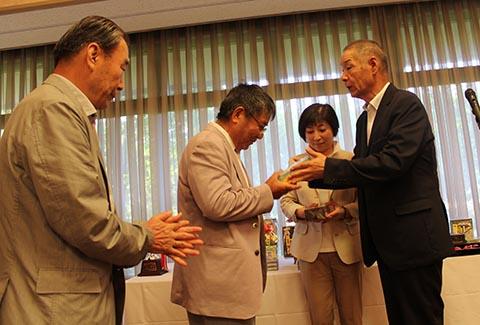 ニアピン永田直行さんとガイドの上田祐三さん(左)、池澤良順会長(右)