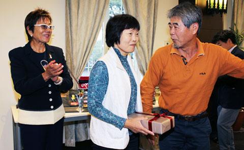 お誕生日賞の湯川 るみ子さんとガイドの熊坂弘道さん、岡田美智子プロ