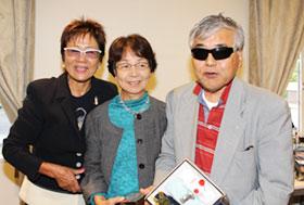 チャレンジリーグ4位の土屋豊治さんとガイドの波多みよ子さん、岡田美智子プロ