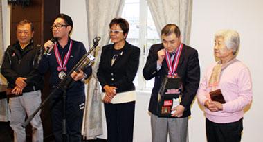 準優勝の赤羽孝弘さんとガイドの千葉尚久さん(左側・レギュラー)、鈴木一士さんとガイドの 城田早智子さん(右側・チャレンジ)、中央は岡田美智子プロ