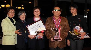 レギュラー優勝の後藤健治さん(後藤リカ子さん)、チャレンジ宇都木康栄さん(小林良子さん)、左は岡田美智子プロ