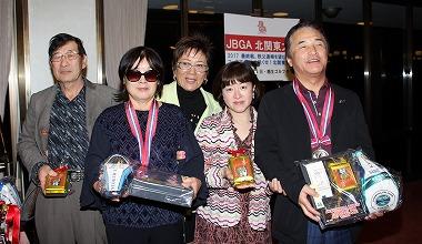 レギュラー準優勝の藤清子さん(佐藤宗行さん)、チャレンジ石内利光さん (齋藤芳子さん)、中央は岡田美智子プロ