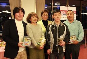 ニアピン賞の吉井道代 さん(河村 正史さん)、田山悦男さん(前林利行さん)、中央は岡田美智子プロ