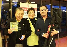 ベスグロ賞の赤羽孝弘さん(千葉尚久さん)、中央は岡田美智子プロ